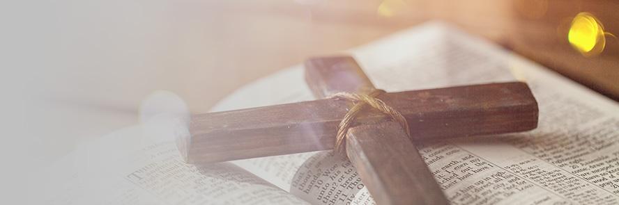 Drewniany krzyż na książce